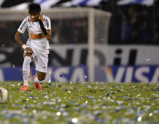 Neymar parou na forte marcação do Vélez